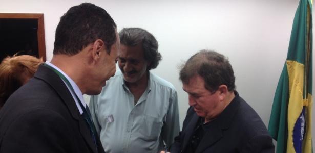 Cantor Amado Batista dá autógrafos a servidores da Câmara