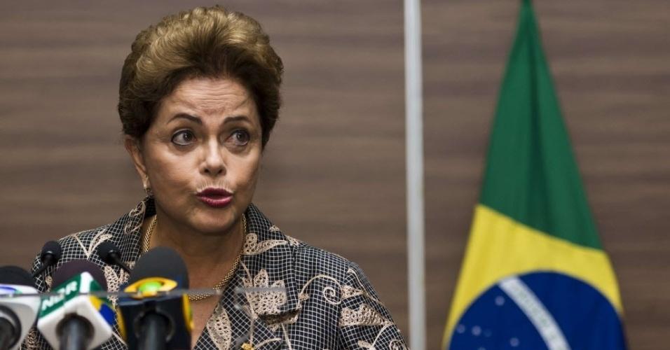 27.mai.2015 - A presidente do Brasil, Dilma Rousseff, fala com jornalistas antes de sua visita ao Senado do México, na Cidade do México