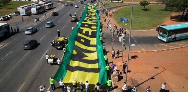 27.mai.2015 - Participantes da Marcha pela Liberdade, caminham na Esplanada dos Ministérios, em direção ao Congresso Nacional