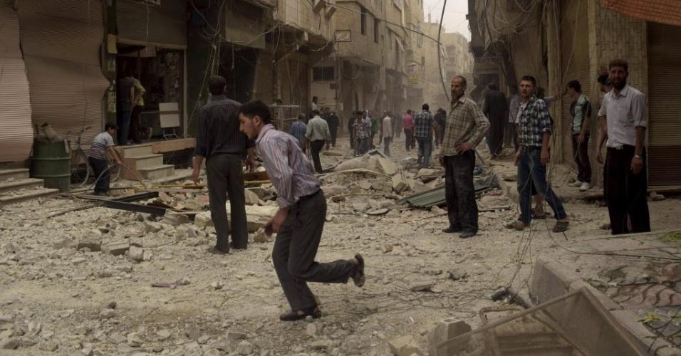 27.mai.2015 - Moradores observam local atingido por ataques aéreos feitos pelas forças leais ao ditador sírio, Bashar Assad, em Arbeen, nesta quarta-feira (27)