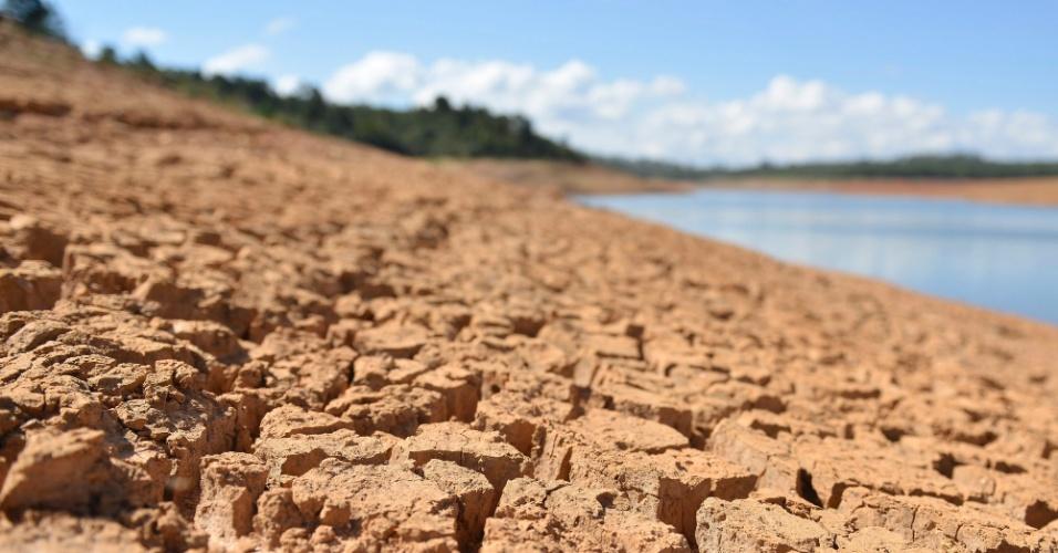 28.mai.2015 - Falta de chuvas reduziu o nível do reservatório Serra Azul, em Juatuba (MG), responsável pelo abastecimento de Belo Horizonte e dos municípios da região metropolitana. A imagem foi feita nesta quinta-feira (28)