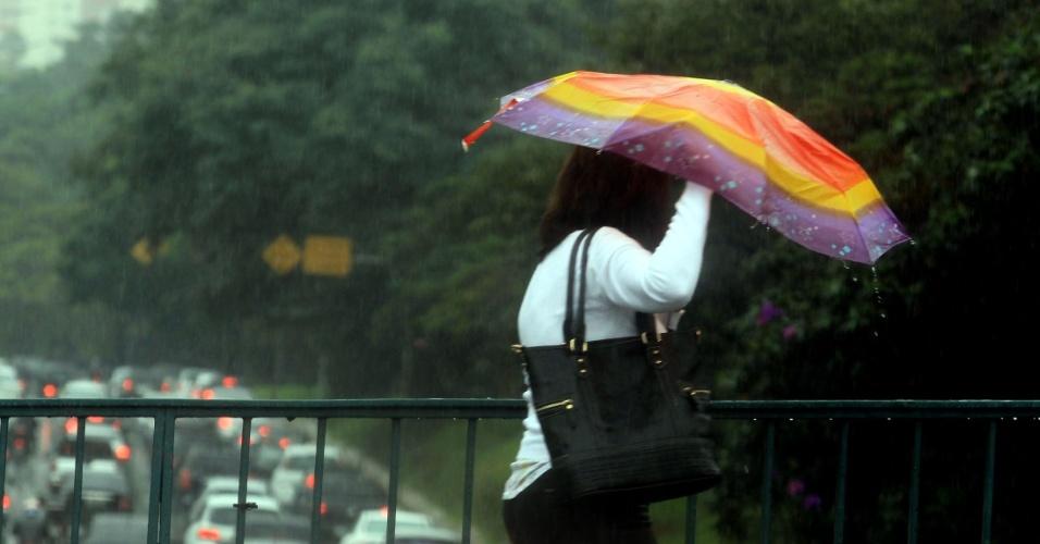 28.mai.2015 - Pedestre enfrenta a chuva na região central de São Paulo, na manhã desta quinta-feira (28). A temperatura deve chegar aos 18°C, com sensação abaixo dos 15°C, em São Paulo
