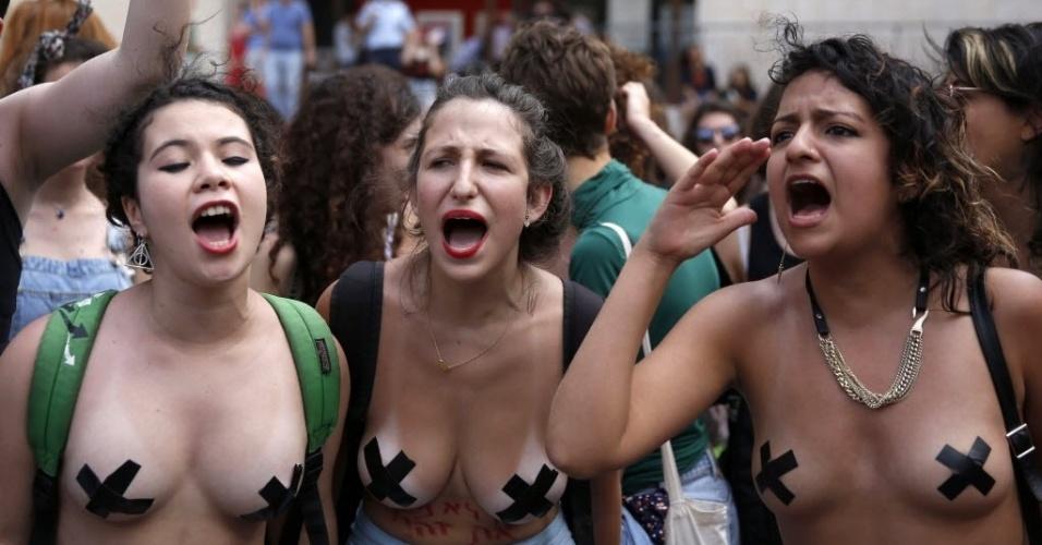 29.mai.2015 - Ativistas israelenses participam de uma Marcha das Vadias (chamada de SlutWalk, em inglês), em Jerusalém. O movimento surgiu em Toronto, no Canadá, em 2011, como um protesto em resposta ao comentário de um policial que orientou universitárias dizendo: