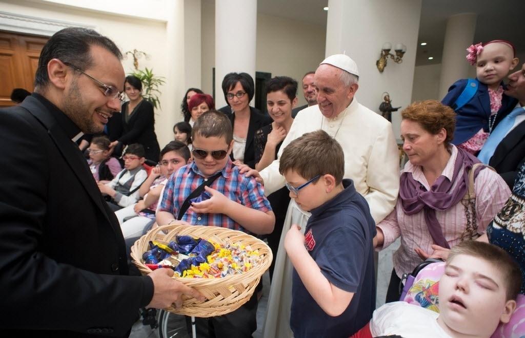 29.mai.2015 - O papa Francisco recebeu, no Vaticano, um grupo de crianças com deficiência para a peregrinação a cidade de Loreto