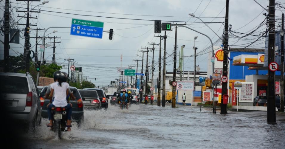 30.mai.2015 - Avenida Mascarenhas, no bairro da Imbiribeira, zona sul de Recife, fica inundada após a chuva que caiu na madrugada de sábado (30)