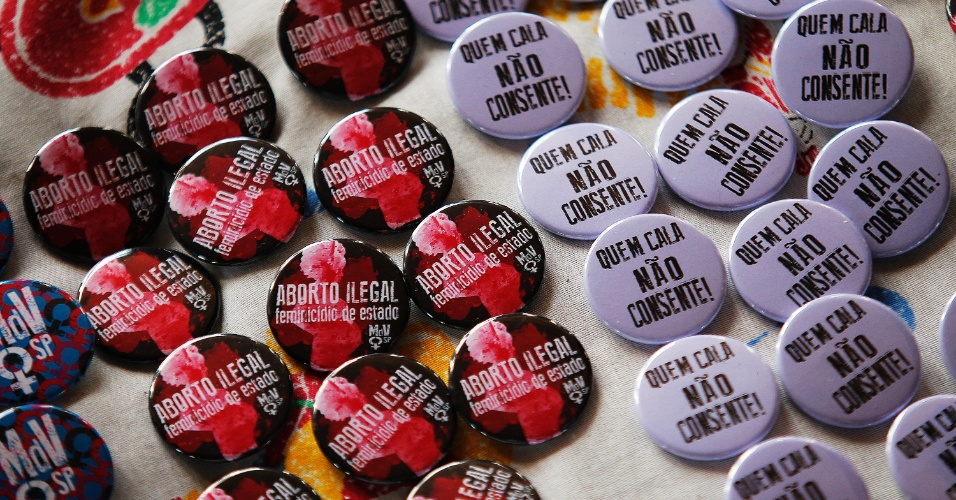 30.mai.2015 - Broches são distribuídos no vão livre do Masp, em São Paulo, pela Marcha das Vadias 2015, a quinta edição na cidade. Elas pedem a legalização do aborto no país e denunciam a prática do aborto ilegal e o feminicídio