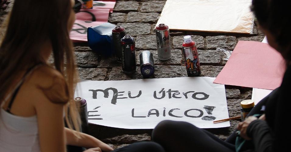 30.mai.2015 - Manifestantes pelos direitos das mulheres se reúnem no vão livre do Masp, em São Paulo, pela Marcha das Vadias 2015, a quinta edição na cidade. Elas pedem a legalização do aborto no país e denunciam a prática do aborto ilegal e o feminicídio