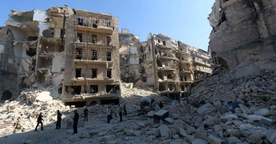 30.mai.2015 - Moradores observam a destruição em bairro na parte leste de Aleppo (Síria), neste sábado (30). A cidade que há poucos anos era um grande centro comercial na região, encontra-se, após quatro anos de guerra, em ruínas, dividida entre as forças do ditador Bashar al-Assad no lado oeste e soldados rebeldes na parte leste. Neste sábado, ao menos 71 civis foram mortos em bombardeios do regime sírio na cidade