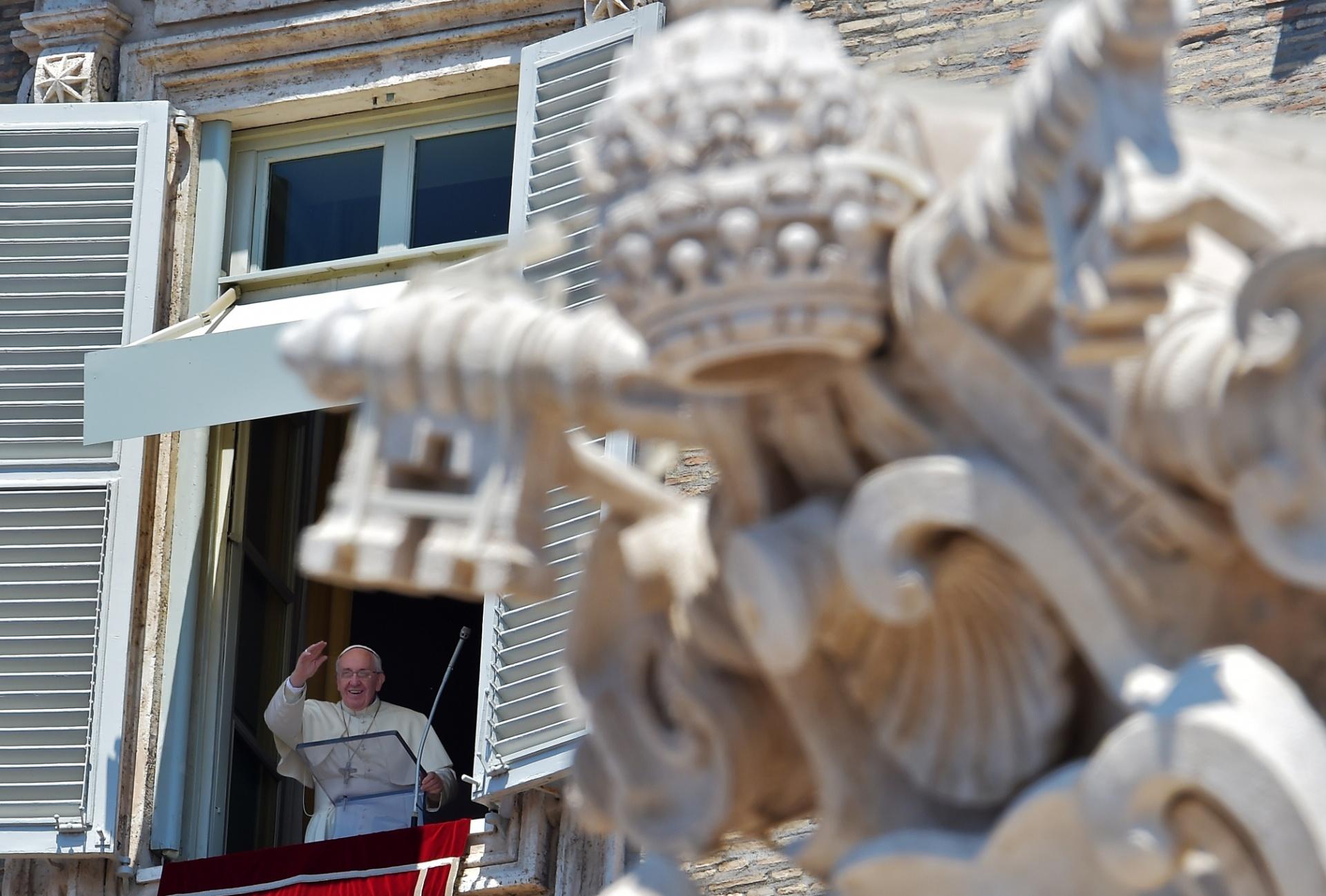 31.mai.2015 - Da janela de seu apartamento, papa Francisco saúda peregrinos reunidos na Praça de São Pedro durante sua oração de domingo no Vaticano