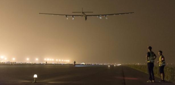 O Solar Impulse 2 decola de aeroporto na cidade de Nankin, na China, rumo ao Havaí, nos EUA, para realizar a travessia do Pacífico