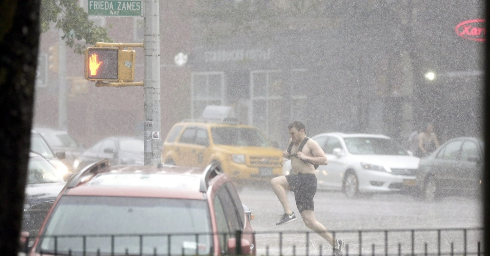 31.mai.2015 - Um homem corre enquanto uma tempestade atinge o East Village, em Nova York, neste domingo (31). Fortes chuvas são esperadas para a noite nova-iorquina de hoje