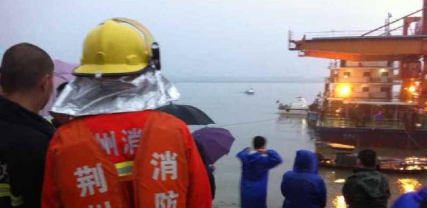 Equipes de resgate trabalham no local do naufrágio de navio no rio Yangtze