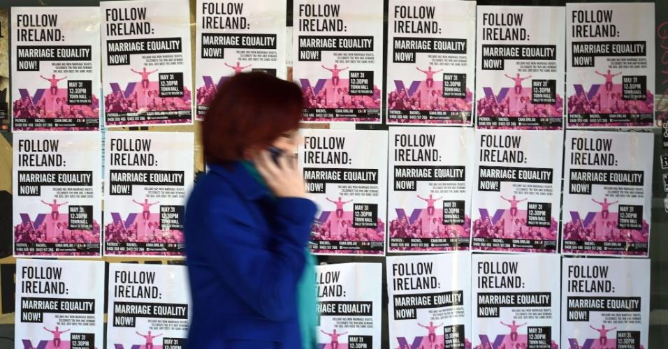 1º.jun.2015 - Mulher caminha por panfletos de campanha a favor do casamento entre pessoas do mesmo sexo em Sydney, na Austrália