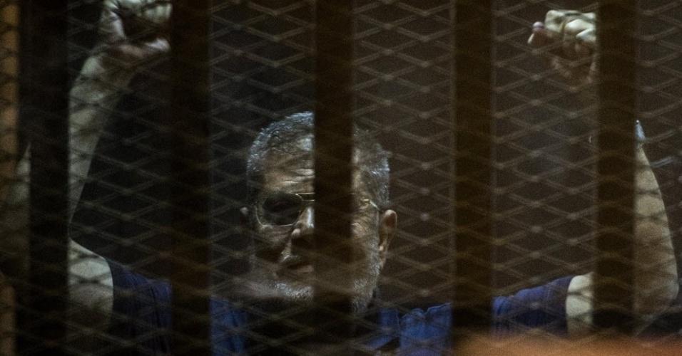 2.jun.2015 - O presidente egípcio deposto Mohamed Mursi é colocado em cela enquanto assiste a julgamento no Cairo. Um tribunal egípcio adiou nesta terça-feira (2) a decisão final sobre uma recomendação de sentença de morte contra o ex-presidente e outros líderes da Irmandade Muçulmana, em um caso relacionado à fuga de uma prisão em 2011
