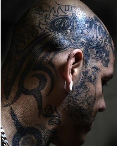 2.jun.2015 - Participante exibe tatuagens na cabeça durante