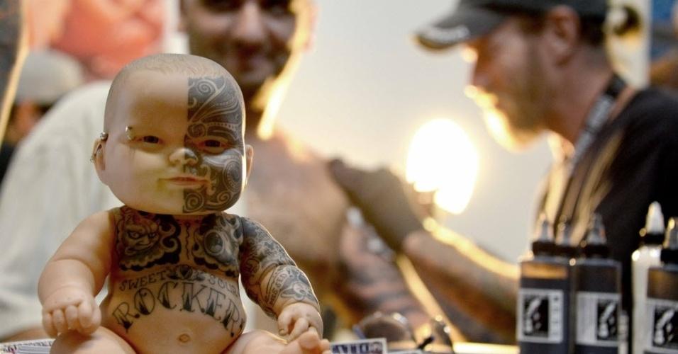 2.jun.2015 - Uma boneca tatuada é exposta na