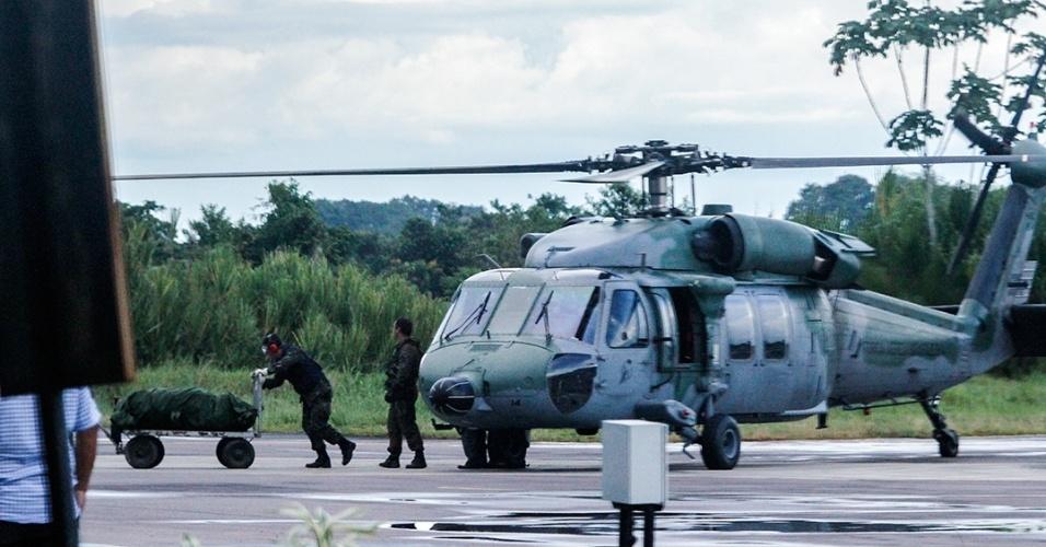 3.jun.2015 - Os restos mortais das cinco vítimas da queda do helicóptero que estava desaparecido desde o dia 29 de maio no município de Atalaia do Norte (AM) chegaram às 17h desta quarta-feira (3) no aeroporto do município de Tabatinga a bordo de um helicóptero modelo Black Hawk do Força Aérea Brasileira (FAB). Do aeroporto, os restos mortais foram levados para o Instituto Médico Legal (IML), anexo ao Hospital de Guarnição de Tabatinga, onde passarão por exame necrológico