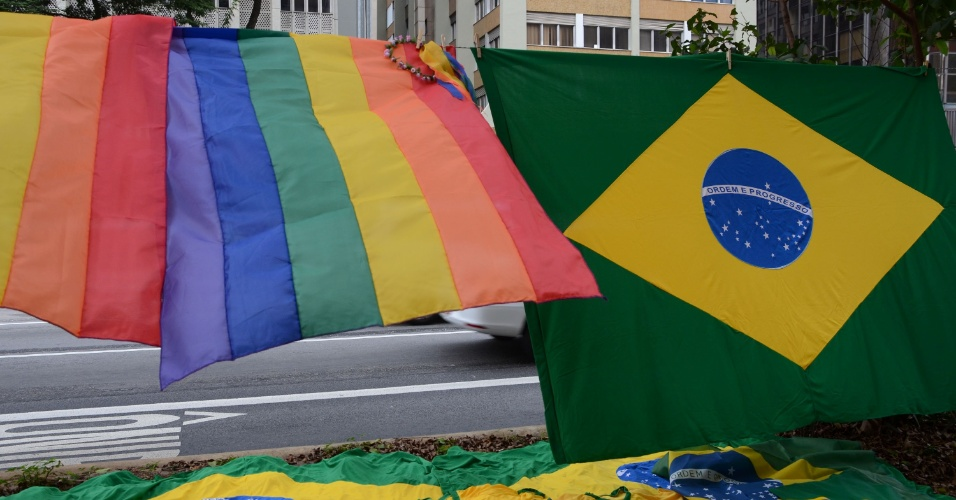 7.jun.2015 - Comerciantes aproveitam a 19ª edição da Parada Gay de São Paulo, que ocorre neste domingo (7), no centro da capital paulista, para vender bandeiras, faixas e outros artigos. O evento deste ano tem o tema