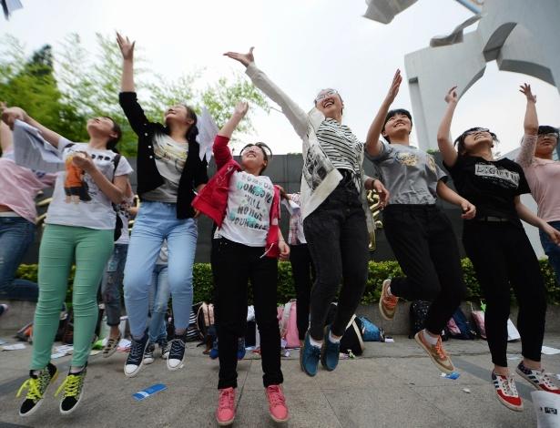 """8.jun.2015 - Estudantes jogam seus livros após o fim do """"gaokao"""", considerado o maior exame de acesso à universidade do mundo, que tem duração de dois dias. Mais de nove milhões de estudantes fizeram as provas neste ano na China"""