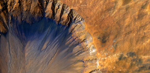 """Imagem divulgada pela Nasa (agência espacial norte-americana) registra um close up de uma cratera de impacto """"recente"""" (em uma escala geológica) na região de Sirenum Fossae em Marte"""
