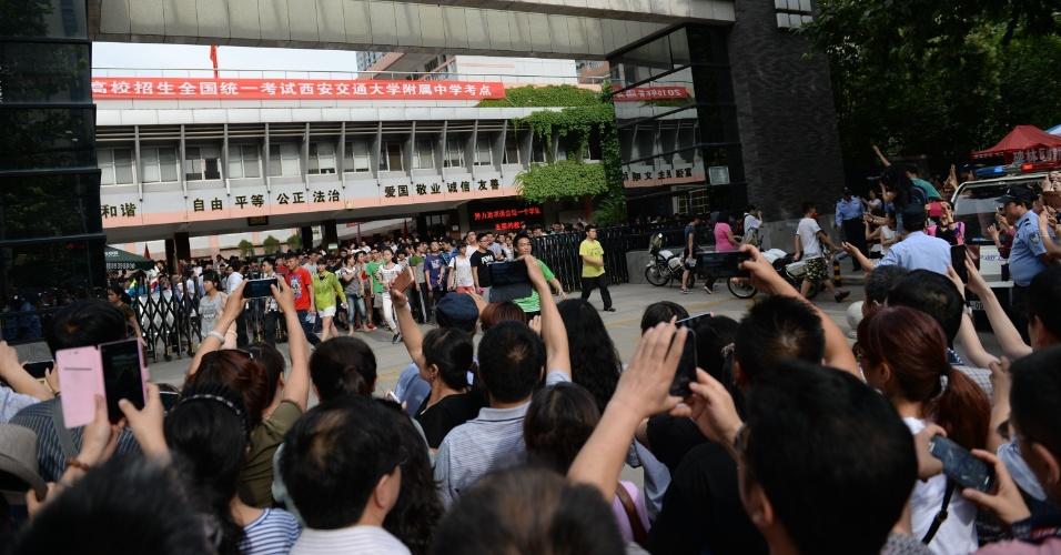 """8.jun.2015 - Pais aguardam filhos do lado de fora de escola em Xi'an, capital da província de Shaanxi, no noroeste da China. Mais de nove milhões de estudantes prestaram o """"gaokao"""", considerada a maior prova de acesso à universidade do mundo, que tem duração de dois dias"""