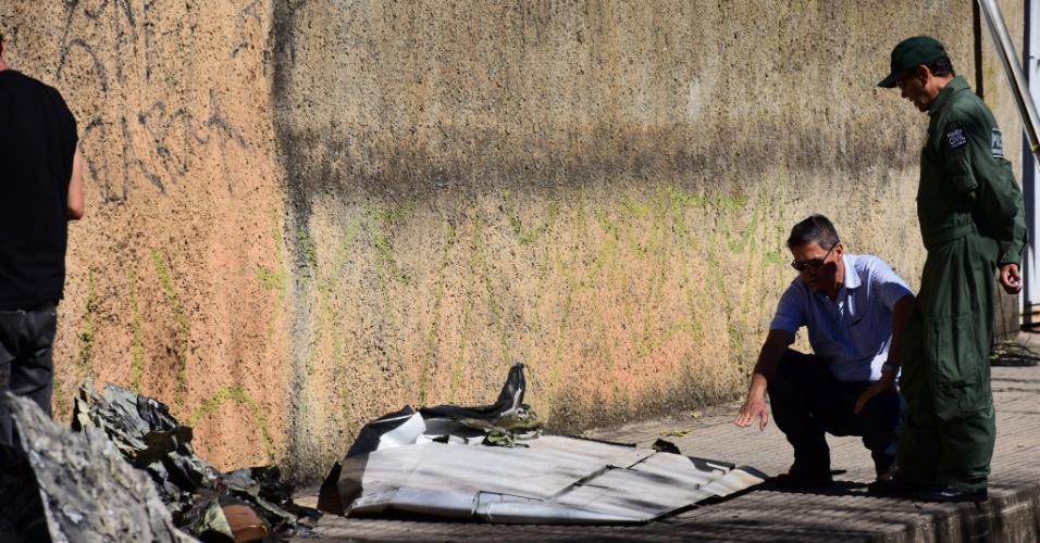 8.jun.2015 - Profissionais do Centro de Investigação e Prevenção de Acidentes Aéreos coletam informações no local do acidente com o bimotor King Air no domingo (7), na zona norte de Belo Horizonte (MG). Familiares do piloto, copiloto e do passageiro mortos no acidente estiveram no Instituto Médico Legal (IML) da capital mineira, onde receberam a informação de que não há data para liberação dos corpos. Os corpos foram carbonizados na queda do aparelho