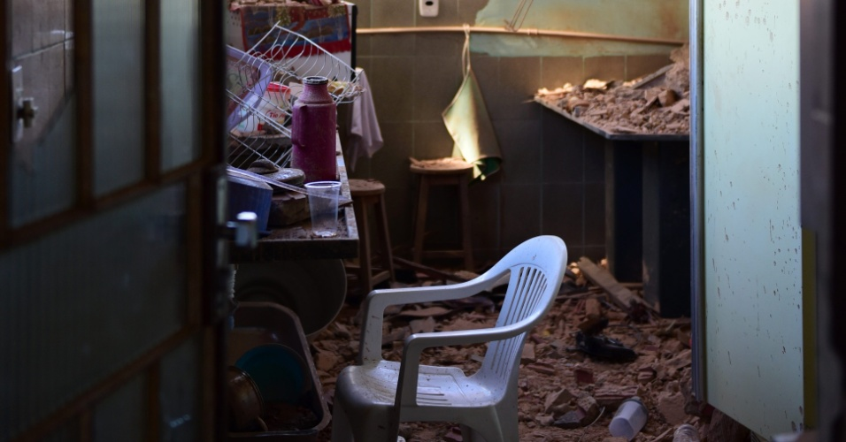 88.jun.2015 - A queda do avião bimotor King Airna no domingo (7) no bairro Minaslândia, na região norte de Belo Horizonte (BH), provocou estragos em uma moradia da região. Familiares dos ocupantes do avião foram ao Instituto Médico Legal (IML) da capital mineira, onde receberam a informação de que não há data para liberação dos corpos. Uma série de exames ainda serão feitos, incluindo o de DNA. Os corpos do piloto Emerson Thomazini, de Carlos Eduardo Abreu, copiloto e Gustavo de Toledo Guimarães foram carbonizados na queda do aparelho