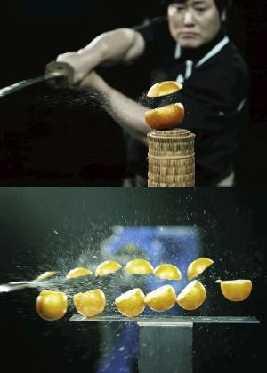 O mestre de espada japonesa Isao Machii (acima) realiza um corte horizontal em uma laranja, enquanto o robô Motoman-MH24 (abaixo), programado para reproduzir os movimentos do espadachim japonês, corta várias laranjas simultaneamente