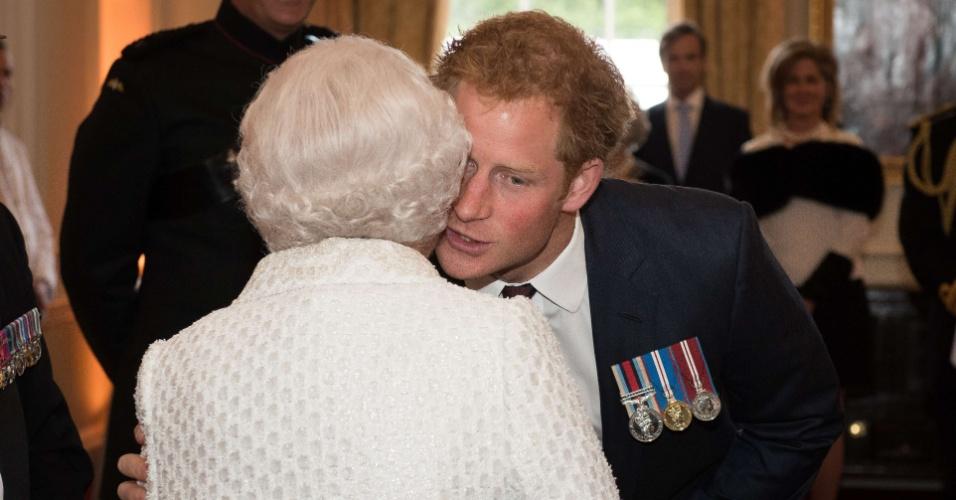 9.jun.2015 - Príncipe Harry cumprimenta a avó, a rainha Elizabeth 2ª, durante o concurso Gurkha 200, no Real Hospital Chelsea, em Londres, nesta terça-feira (9). O evento é parte das celebrações do bicentenário da presença dos soldados nepaleses Gurkha nas Forças Armadas britânicas no século 19
