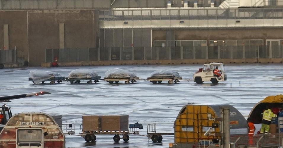 9.jun.2015 - Veículo do aeroporto em Marselha, na França, leva quatro plataformas de carga com os caixões de 44 vítimas do acidente com o avião da Germanwings nos Alpes franceses, em março. O caixões serão levados a Düsseldorf, na Alemanha