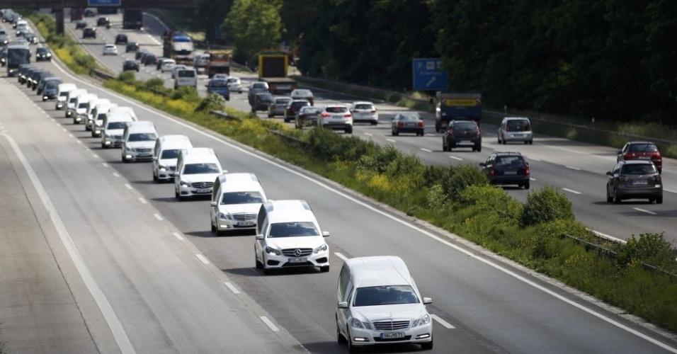 10.jun.2015 - Carros funerários transportam nesta quarta-feira (10) caixões com restos mortais de vítimas do voo da Germanwings em estrada da cidade ocidental de Haltern, na Alemanha. Quarenta e quatro caixões foram levados da França para a Alemanha. O acidente ocorreu em 24 de março nos Alpes franceses