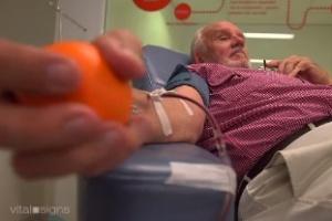 Homem com anticorpos raros doa sangue há 60 anos e salva 2 milhões de bebês