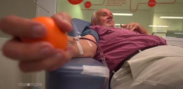Desde que tinha 18 anos, o australiano James Harrison, hoje com 78, doa sangue e com esse gesto foi capaz de salvar a vida de aproximadamente 2 milhões de recém-nascidos