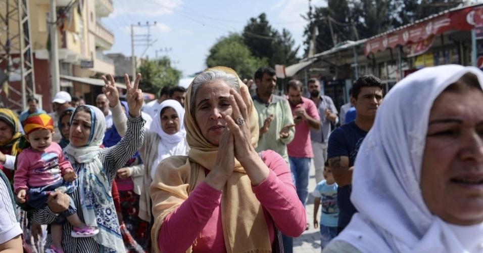 11.jun.2015 - Curdos acompanham o corpo do norte-americano Keith Broomfield, morto em combate com o Estado Islâmico em Kobani, na Síria. Broomfield, 20, de Massachusetts, morto em 3 de junho em uma aldeia síria perto Kobani, é provavelmente o primeiro cidadão americano a morrer lutando ao lado dos curdos contra o EI
