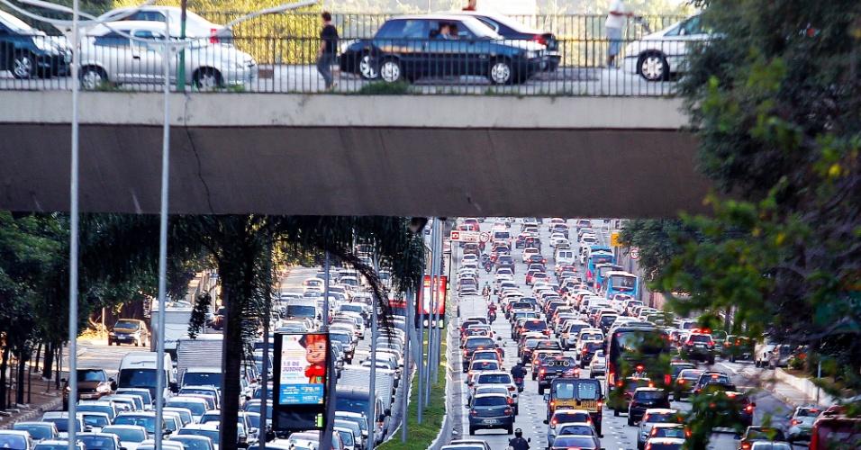 11.jun.2015 - Motoristas enfrentam trânsito intenso na avenida 23 de Maio, no corredor Norte-Sul, na tarde desta quinta-feira (11). A imagem foi feita próximo ao viaduto Santa Generosa, no Paraíso, na zona sul de São Paulo