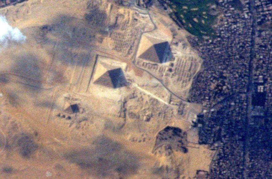 """11.jun,2015 - O astronauta americano Terry Virts registrou uma imagem das Pirâmides de Gizé, no Egito, antes de retornar à Terra, após 199 dias bordo da Estação Espacial Internacional (ISS, na sigla em inglês). Na postagem no Twitter, Virts comentou: """"No meu último dia no espaço consegui ter uma boa visão delas [pirâmides]!"""""""