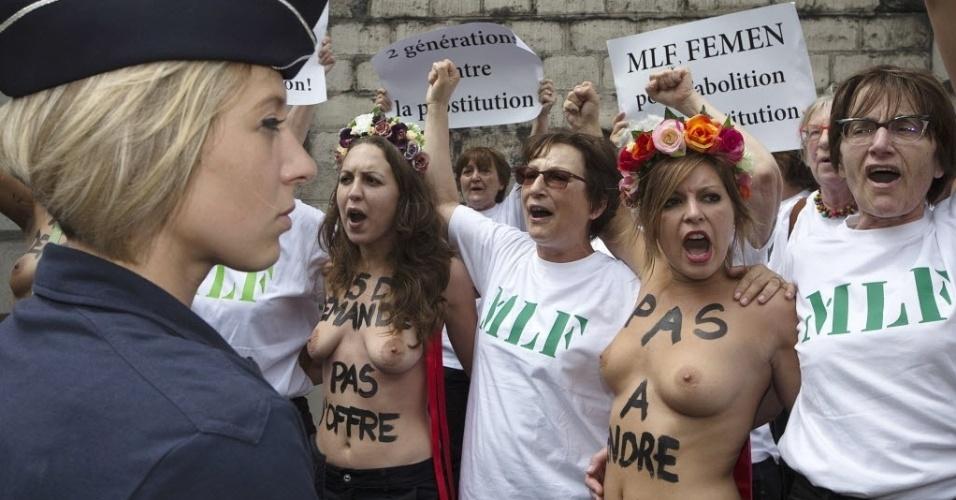 12.jun.2015 - Ativistas do Femen e membros do Movimento de Libertação das Mulheres da França (MLF) participam de protesto a favor da penalização dos clientes de prostituição, em frente à Assembleia Nacional de Paris. O ministério Público francês votou a punir os clientes, como parte de um projeto de lei para reforçar a luta contra a prostituição. Segundo a nova disposição, a compra de atos sexuais será punida com uma multa de 1.500 euros