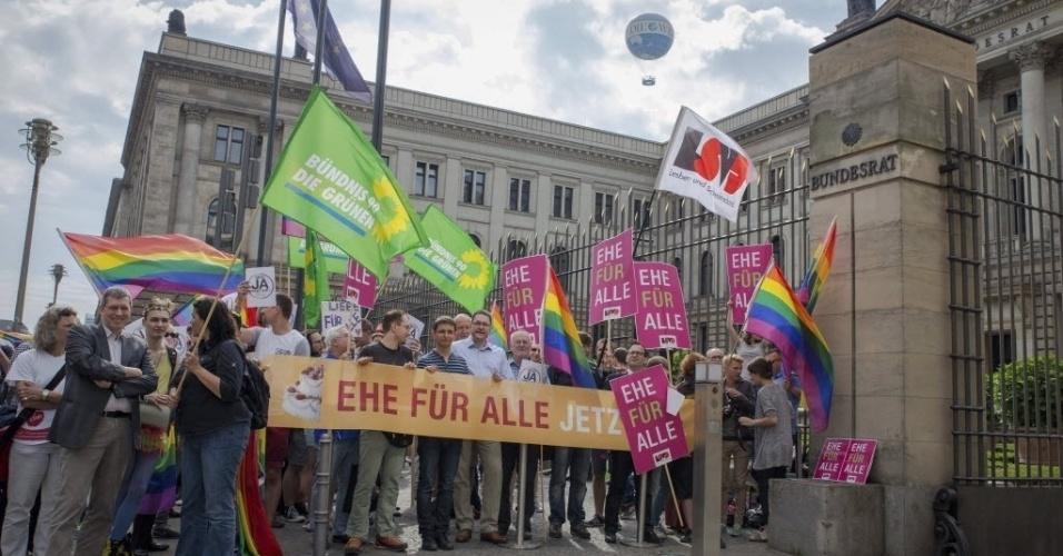 12.jun.2015 - Ativistas defendem o direito ao matrimônio para pessoas do mesmo sexo em frente ao Bundesrat, uma das sedes do Legislativo alemão, em Berlim, na Alemanha. Os membros Bundesrat participam nesta sexta-feira (12) de uma votação sobre o casamento homossexual