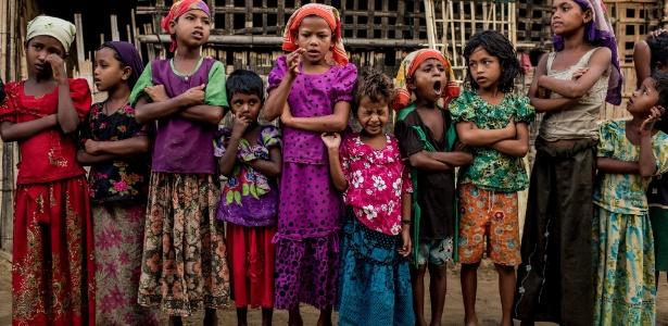 Meninas rohingya recitam o Alcorão no campo para refugiados rohingya, em Sittwe (Mianmar). O governo de Mianmar diz que está determinado a parar as saídas de imigrantes que fugiam da perseguição religiosa em lugares como Sittwe, mas não vai ceder em sua recusa em discutir as condições do êxodo através do mar
