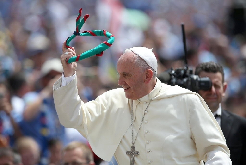 13.jun.2015 - Papa Francisco segura um lenço jogado até ele durante uma reunião com milhares de membros da associação de Guias e Escoteiros Católicos, no Vaticano