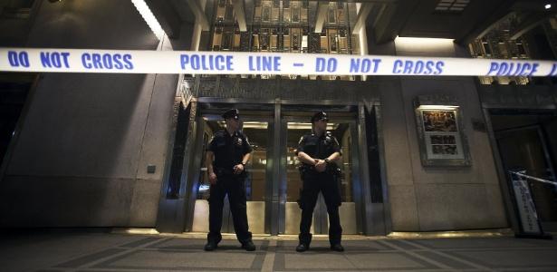 Policiais isolam a entrada principal do Hotel Waldorf Astoria após tiro disparado durante casamento, em Nova York, EUA