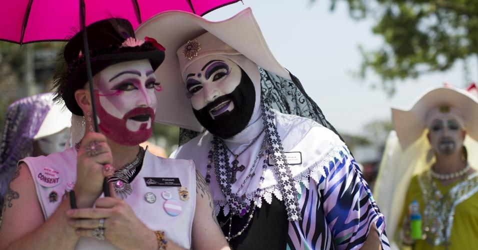 14.jun.2015 - Casal fantasiado posa para os fotógrafos durante o desfile de carros alegóricos e blocos da 45ª Los Angeles Pride em West Hollywood, Califórnia (EUA)