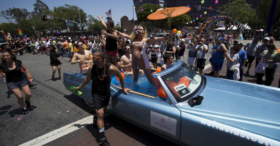 14.jun.2015 - Participantes desfilam durante a 45ª Los Angeles Pride em West Hollywood, Califórnia (EUA). O evento é uma das paradas gay mais festejadas dos Estados Unidos