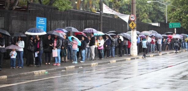 15.jun.2015 - Brasileiros enfrentam fila para retirar visto para os Estados Unidos nesta segunda-feira (15) por conta de uma falha técnica do sistema de concessão de vistos
