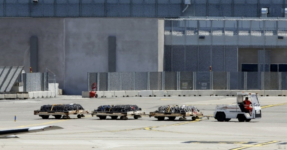 15.jun.2015 - Caixões com restos mortais de vítimas espanholas do acidente com o avião da Germanwings são levados para aeronave no aeroporto de Marselha, na França, nesta segunda-feira (15). O avião decolou em direção a Barcelona às 16h (11h de Brasília) depois de ter sido carregado com os 32 caixões