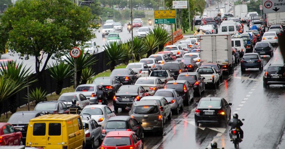 15.jun.2015 - Motoristas enfrentam trânsito na Radial Leste, sentido centro, na altura da estação Tatuapé da linha 3-vermelha do metrô, em São Paulo (SP). Com chuva fraca e pequenos acidentes na cidade, o trânsito bateu recorde de congestionamento no período da manhã nesta segunda-feira (15)