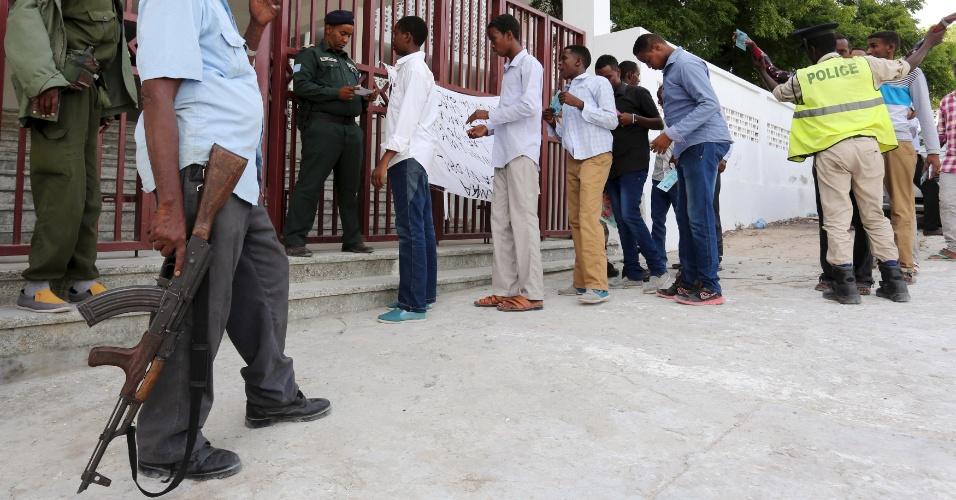 15.jun.2015 - Policiais da Somália revistam estudantes que chegam para a avaliação nacional que acontece nesta segunda