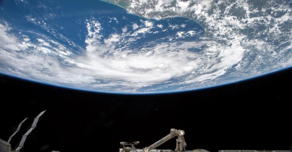 """16.jun.2015 - A Nasa (Agência Espacial Americana) divulgou imagem do avanço da tempestade tropical """"Bill"""" rumo à costa do Texas (EUA). São esperadas chuvas pesadas e ventos fortes, informou o Serviço Nacional de Meteorologia dos EUA. Alertas de inundações-relâmpago estão em vigor no centro do Texas e na área de Houston, regiões onde os alagamentos do mês passado engoliram centenas de veículos e danificaram casas. A previsão é que a tempestade atinja a costa na altura da Baía de Matagorda e se arraste pelo centro do Texas na direção de Austin"""