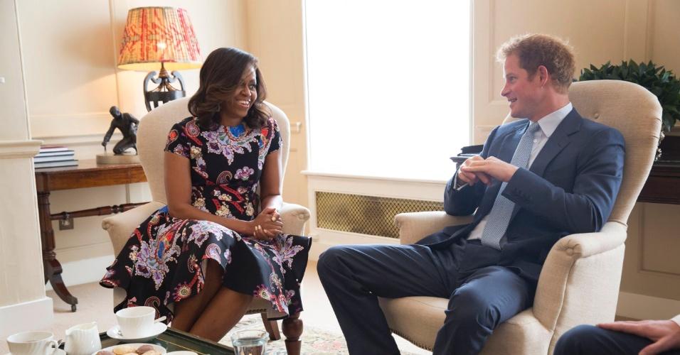 16.jun.2015 -A primeira-dama dos EUA, Michelle Obama, se encontrou nesta terça-feira (16) com o príncipe britânico Harry, no palácio de Kensington, em Londres, Reino Unido. A conversa, que durou em torno de 40 minutos, esteve focada no interesse compartilhado pelo príncipe e pela primeira-dama em apoiar os veteranos de guerra e suas famílias, e em iniciativas para promover a educação feminina