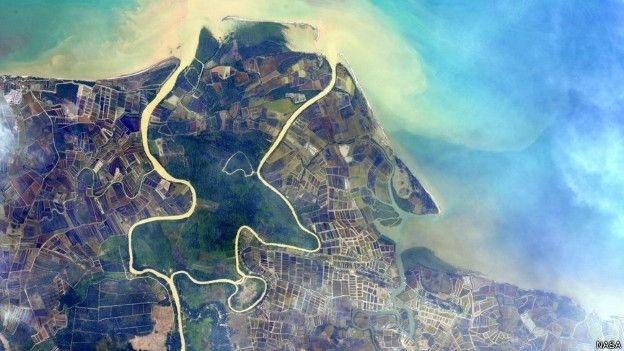 16.jun.2015 - Astronauta americano Scott Kelly se propôs a encontrar 'lugar mais azul do planeta', mas não se limitou a essa cor. Ele compartilha frequentemente imagens com um verde intenso, como o dos campos do sudeste asiático, um tom que, segundo ele, aparece timidamente, mas cada vez com mais frequência nos desertos